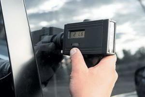 Как проверяют уровень тонировки авто