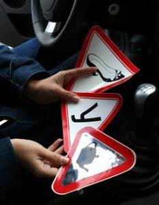 Как выглядит знак новичка за рулем