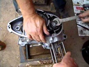 Как разобрать и собрать двигатель мотороллера «Муравей»?