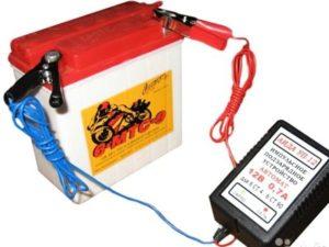 Почему аккумулятор нужно заряжать внешним устройством?